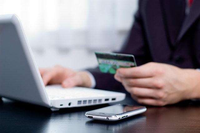 Mais da metade das operações bancárias no país são por internet, celular ou tablet, diz Febraba