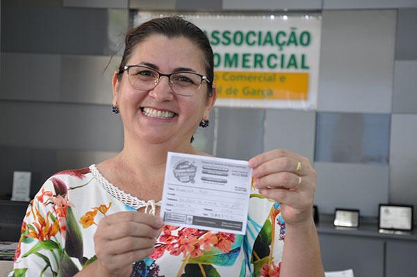 Acig sorteou moto zero quilômetro no último sábado: Sandra Leão Roldão foi a feliz vencedora
