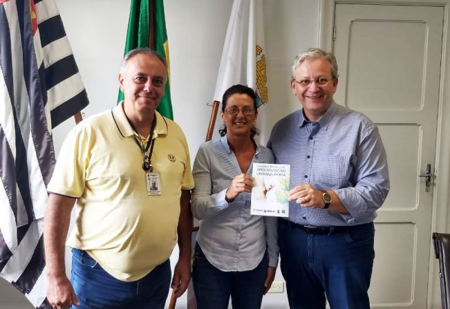 AEAAG, Crea-SP e Prefeitura de Garça distribuem caderno técnico sobre poda de árvores