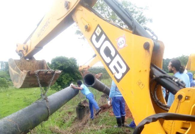B1: equipe do SAAE conserta vazamento de água em adutora