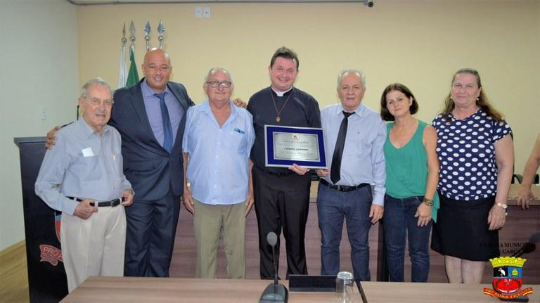 Comunidade prestigia sessão de entrega de Título de Cidadão Garcense para padre Anderson Messina