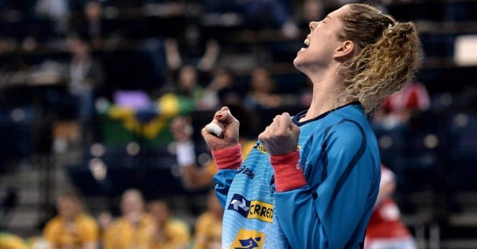 Goleira supera morte da mãe e brilha como melhor do Mundial em título